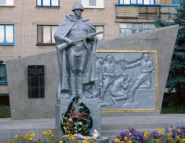 п. Чкаловское Чугуевского р-на. Памятник установлен на братской могиле, в которой похоронено 162 советских воина