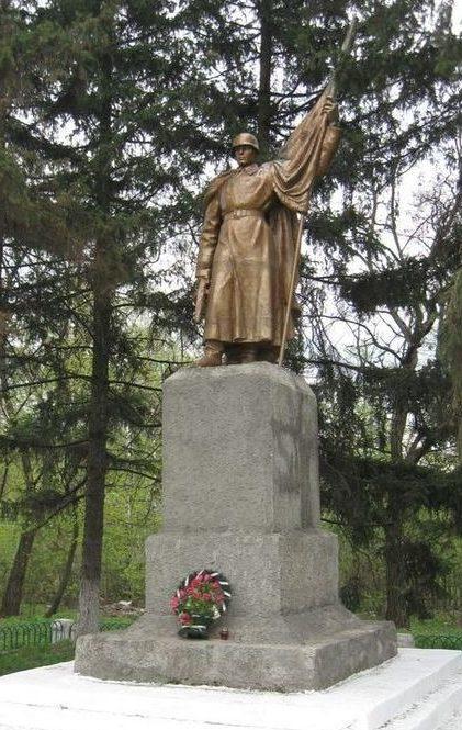 п. Высокий Харьковского р-на. Братская могила воинов, погибших в годы войны
