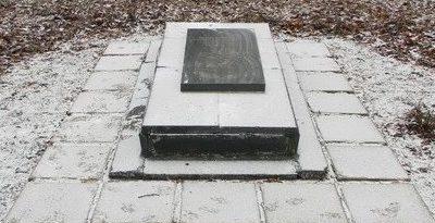 г. Чугуев. Братская могила советских воинов по улице Ленина