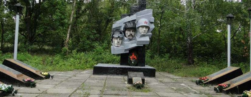 с. Староверовка Шевченковского р-на. Памятник на братской могиле, в которой похоронено 105 воинов, погибших в боях за село
