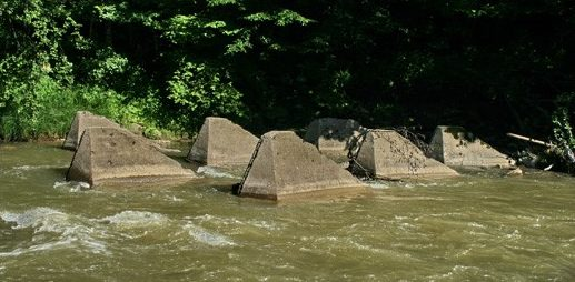Противотанковые тетраэдры на реке Латорица