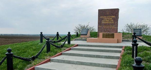 Воинское захоронение «Курган Славы», где похоронено 2700 воинов, павших в боях на плацдарме в 1944 г.