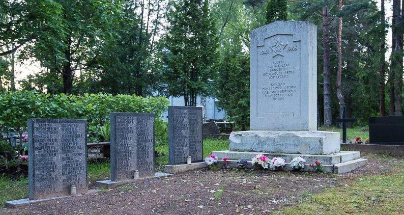 г. Выру. Памятник и братские могилы погибших в годы войны