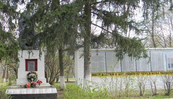 с. Великая Бабка Чугуевского р-на. Памятник установлен на братской могиле, в которой похоронено 423 воина, погибших в годы войны. Здесь же находится могила 35 неизвестных солдат. На мемориальных плитах увековечены имена 219 односельчан, не вернувшихся с войны