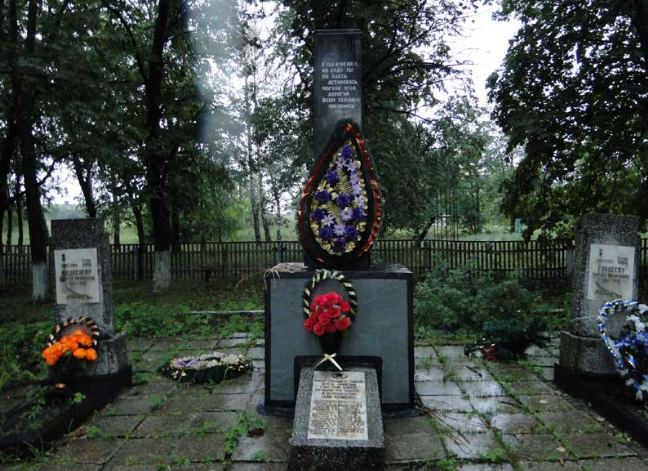 с. Троицкое Шевченковского р-на. Памятник на братской могиле, в которой похоронено 24 воина