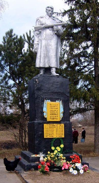 с. Жовтневое Харьковского р-на. Памятник в центре села, установлен на братской могиле, в которой похоронено 7 советских воинов