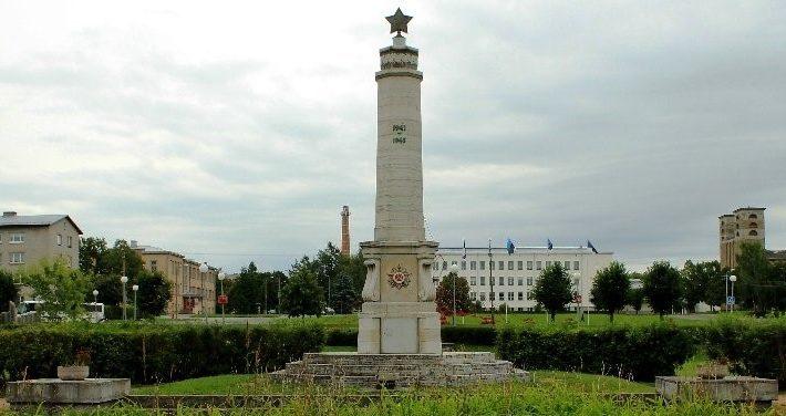 г. Раквере. Обелиск в парке в районе Каштанового бульвара, установленный в 1951 году в память о бойцах 305-й дивизии, павших в 1944 году