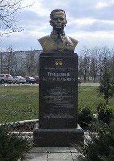 г. Чугуев. Бюст дважды Герою Советского Союза Грицевцу С.И. на Аллеи Славы, на территории военного авиационного училища