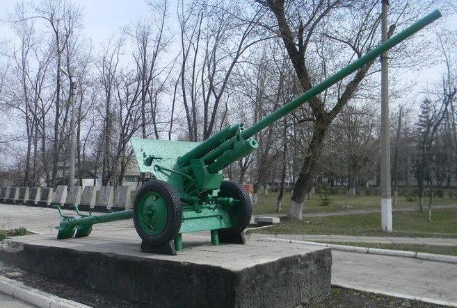 Братская могила расположена в центре поселка по улице Ленина. В ней похоронено 236 воинов, погибших во время войны. Имена земляков, не вернувшихся с войны, увековечены на мемориальных плитах, расположенных возле памятника.