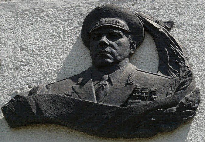 г. Чугуев. Памятный знак трижды Герою Советского Союза Кожедубу И.Н. на улице его имени.