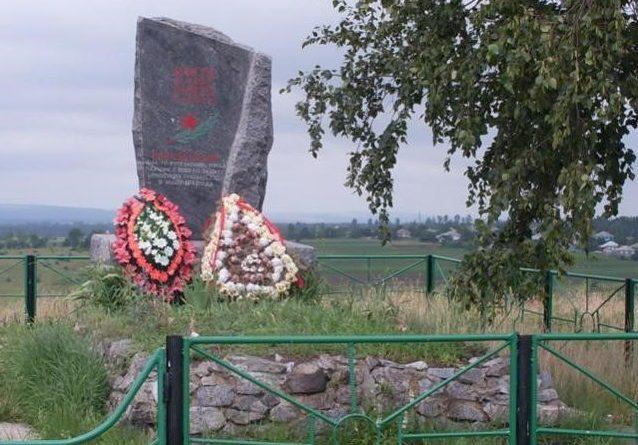 с. Дуруиторы Рышканского р-на. Памятник на братской могиле, в которой похоронено 7 воинов 404 стрелкового полка, 176 стрелковой дивизии, погибших в 1941 году