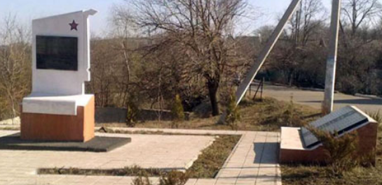 Мемориал на братской могиле двух разведчиков Красной Армии,