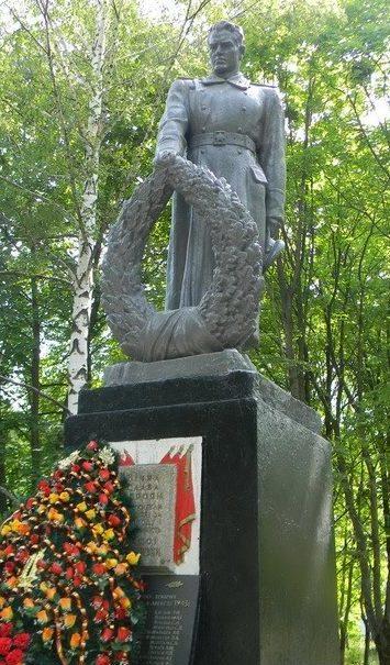 п. Эсхар Чугуевского р-на. Памятник в поселковом парке, установлен на братской могиле, в которой похоронено 141 советский воин, погибший в годы войны