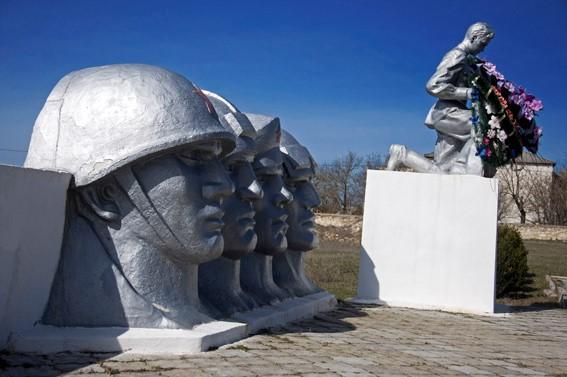с. Бутор Григориопольского р-на. Памятник на братской могиле, в которой похоронено 913 воинов