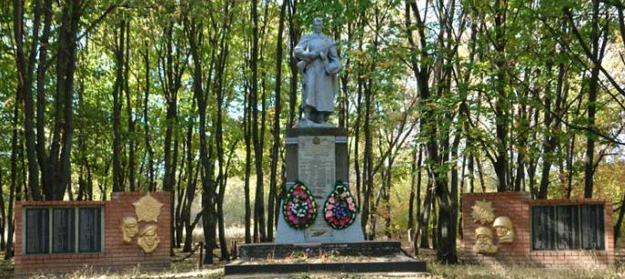 с. Юрченково Чугуевского р-на. Общий вид братской могилы