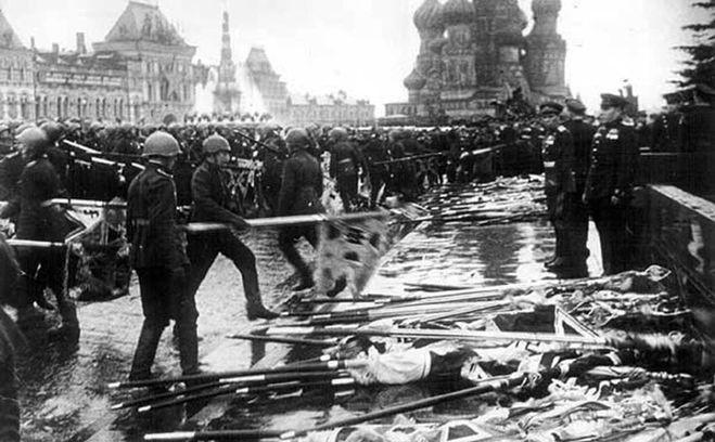 Знаменоносцы парадного батальона бросают нацистские флаги к стене возле мавзолея