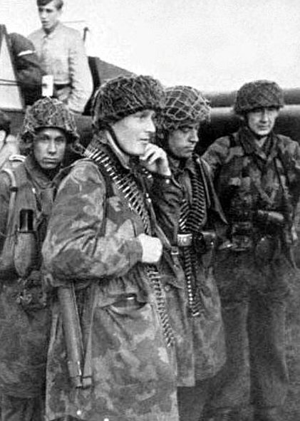 Солдаты 500-го парашютного батальона готовятся к операции «Rösselsprung» в Югославии
