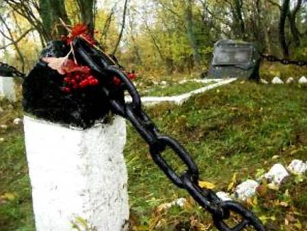 о. Осмуссар, Ноароотская волость. Братская могила советских воинов
