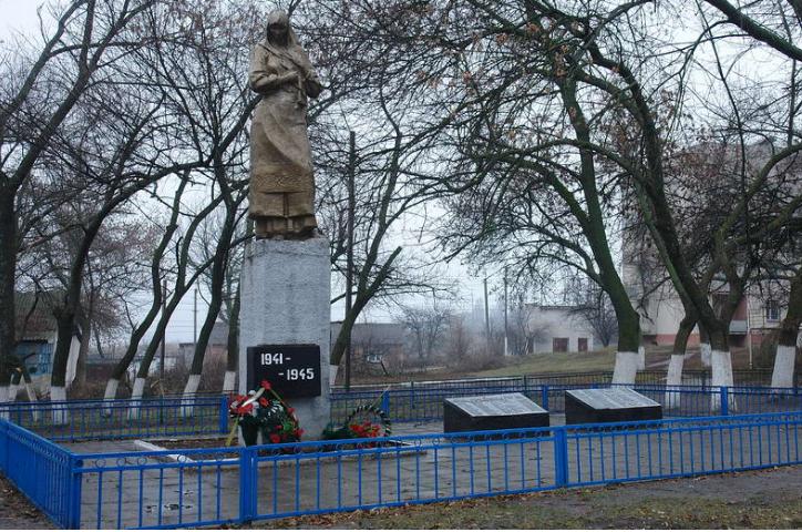 с. Затишье Харьковского р-на. Памятник в центре села, установлен на братской могиле, в которой похоронено 128 воинов, павших при освобождении села