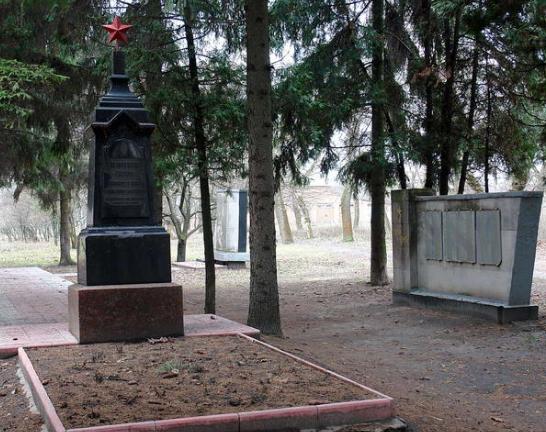 п. Коммунист (с 2016 года Докучаевское) Харьковского р-на. Памятник установлен на братской могиле, в которой похоронен 301 советский воин