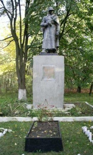 п. Коротыч Харьковского р-на. Памятник на территории учхоза Коммунар, установлен на братской могиле советских воинов