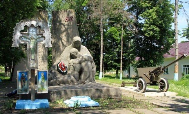 с. Коржеуць Бричанского р-на. Памятник воинам-односельчанам, погибшим в годы Великой Отечественной войны
