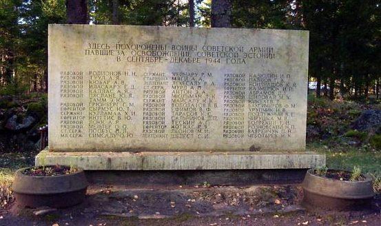 п. Ханила, Ханильская волость. Стела сельское кладбище, установленная на братской могиле советских воинов