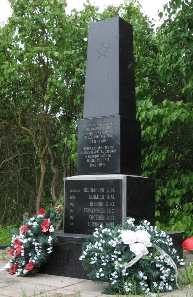 г. Палдиски. Обелиск на Русском кладбище, установленный на братской могиле, в которой похоронено 7 воинов