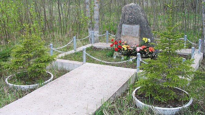 д. Аувере, Вайварская волость. Памятник воинам-артиллеристам