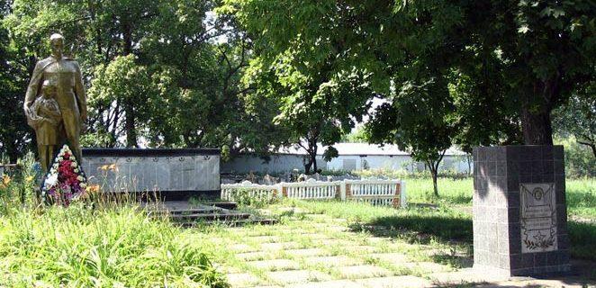 п. Кулиничи Харьковского р-на. Памятник на кладбище по улице Седьмой гвардейской армии, установлен в 1955 году на братской могиле, в которой похоронено 697 воинов, погибших при освобождении поселка