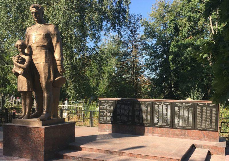 п. Кулиничи Харьковского р-на. Общий вид братской могилы