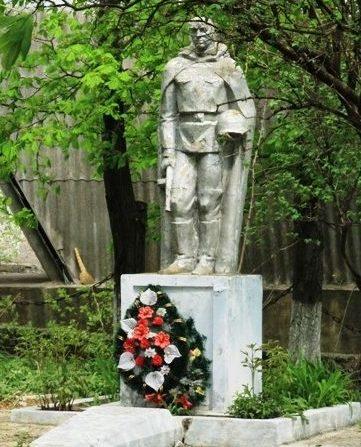 с. Буздуджень Единецкого р-на. Памятник воинам-землякам, погибшим в годы войны