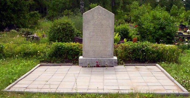 п. Михкли, Коонгская волость. Обелиск на братской могиле, в которой похоронено 12 советских воинов