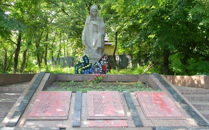 п. Кулиничи Харьковского р-на. Памятник погибшим воинам