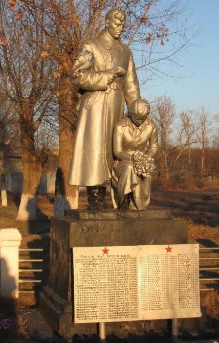 п. Кутузовка Харьковского р-на. Памятник по улице Школьной, установлен на братской могиле, в которой похоронено 500 советских воинов