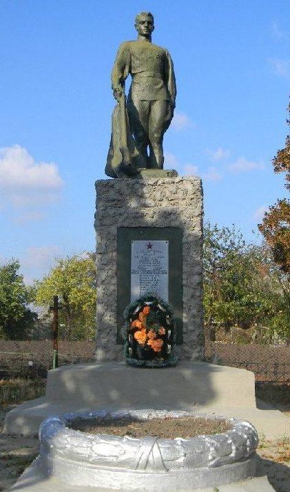 с. Лелюки Харьковского р-на. Памятник в центре села, установлен на братской могиле, в которой похоронено 126 советских воинов погибших в боях за село