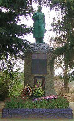 с. Лизогубовка Харьковского р-на. Памятник в центре села, установлен на братской могиле, в которой похоронено 292 советских воина, погибших в боях за село