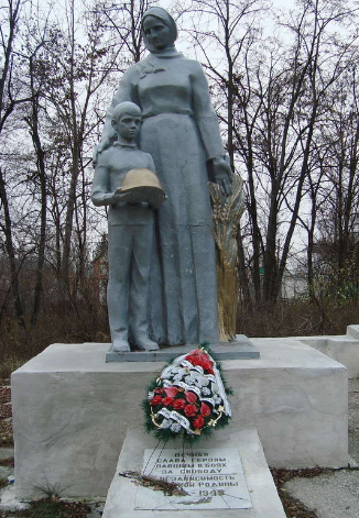 с. Липцы Харьковского р-на. Памятник установлен на братской могиле, в которой похоронено 114 советских воинов, погибших при освобождении села