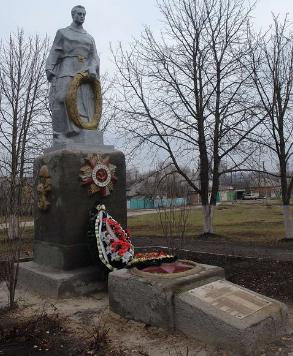 с. Малая Рогань Харьковского р-на. Памятник установлен на братской могиле, в которой похоронено 90 советских воинов, погибших в годы войны