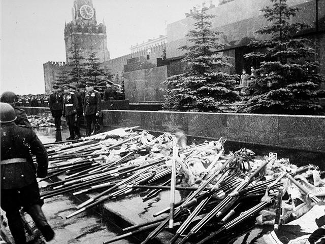 Нацистские флаги у подножья мавзолея