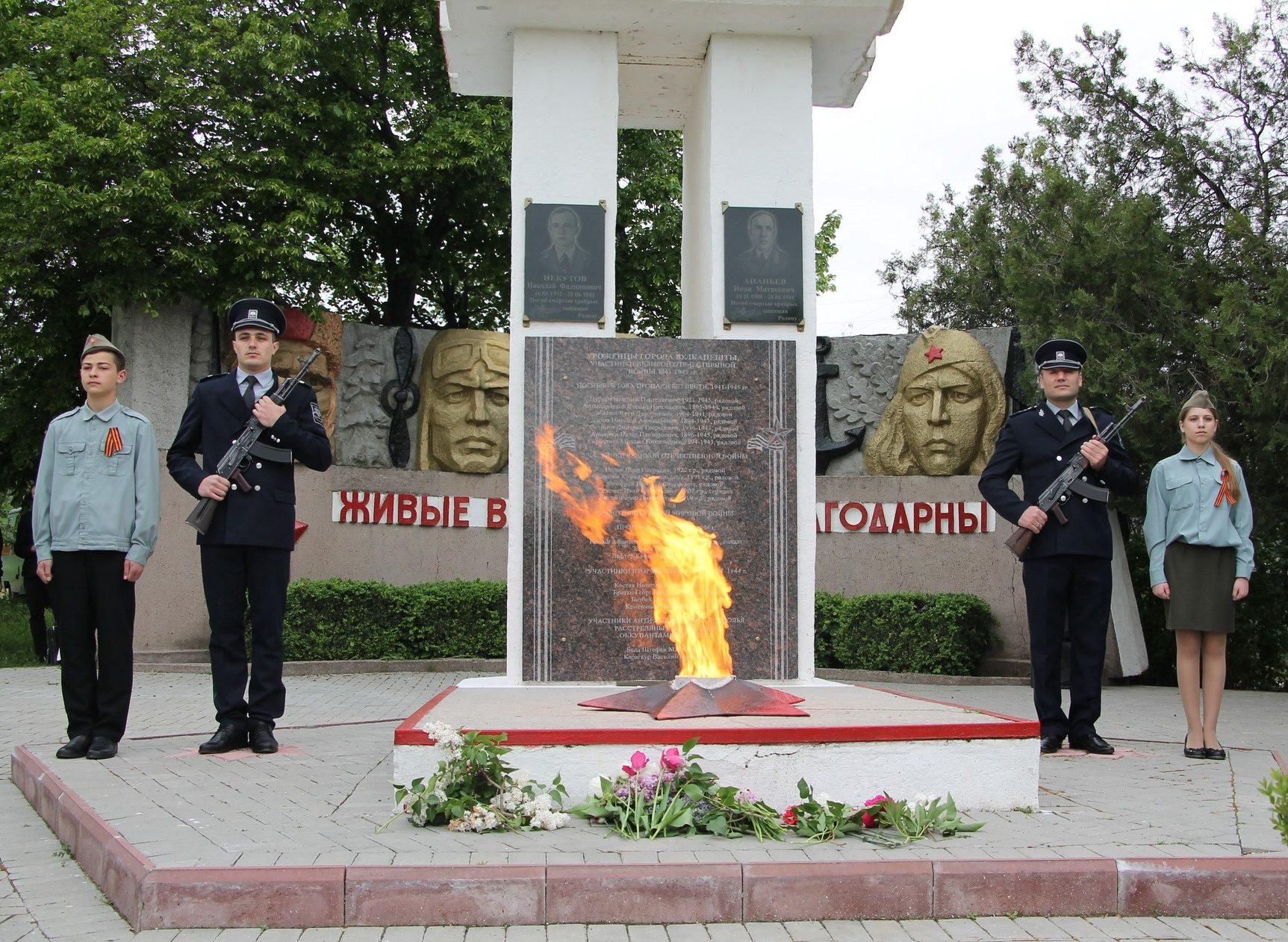 «Вечный огонь» у мемориала