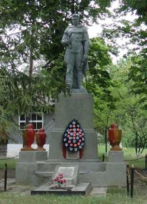 с. Березовка Шевченковского р-на. Памятник установлен на братской могиле, в которой похоронено 38 воинов, погибших в боях за село