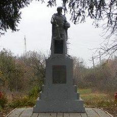 с. Манченки Харьковского р-на. Памятник на 2-м отделении птицефабрики, установлен на братской могиле, в которой похоронено 1056 советских воинов