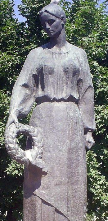 Скульптура матери на мемориале
