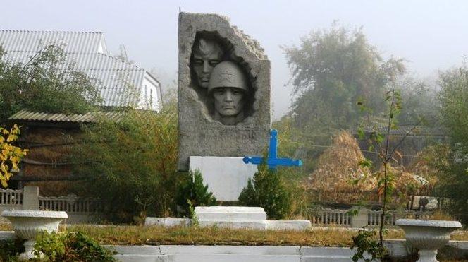 с. Бахмут Каларашского р-на. Памятник на братской могиле, в которой похоронено 8 воинов