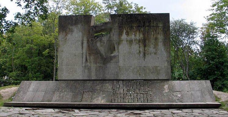 г. Курессааре остров Сааремаа. Памятник жертвам фашизма, открытый в 1965 году. Скульптор Матти Варик