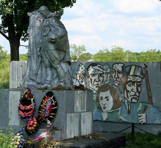 с. Бравича Каларашского р-на. Памятник воинам, погибшим в годы войны