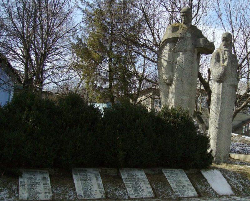 с. Гирово Каларашского р-на. Памятник на братской могиле, в которой похоронено 143 воина