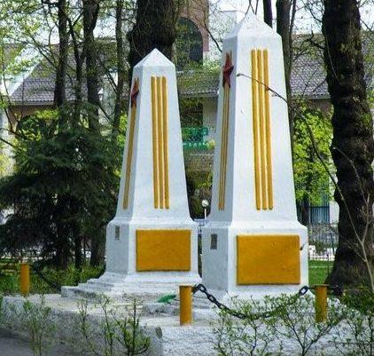 г. Бельцы. Обелиски двум офицерам Красной армии, установленные в парке «Андриеш»