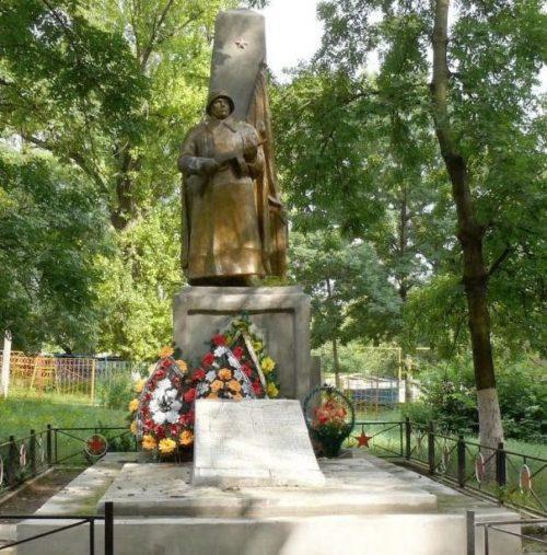 г. Калараш. Мемориал на братской могиле, в которой захоронено 10 воинов